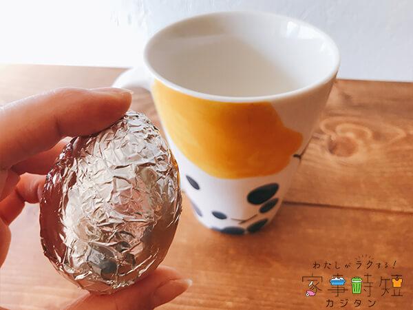 耐熱容器に卵を入れる