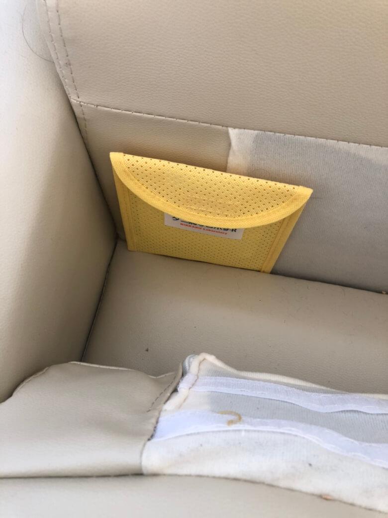 ソファの下にダニ捕りロボを設置