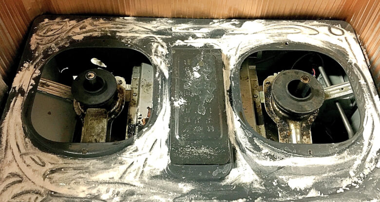 ガスコンロの天板に重曹をかける