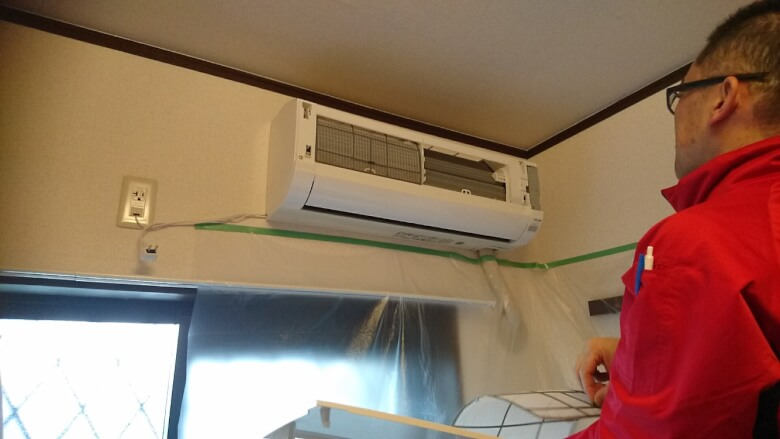 ビニールシートでエアコン周囲を覆う