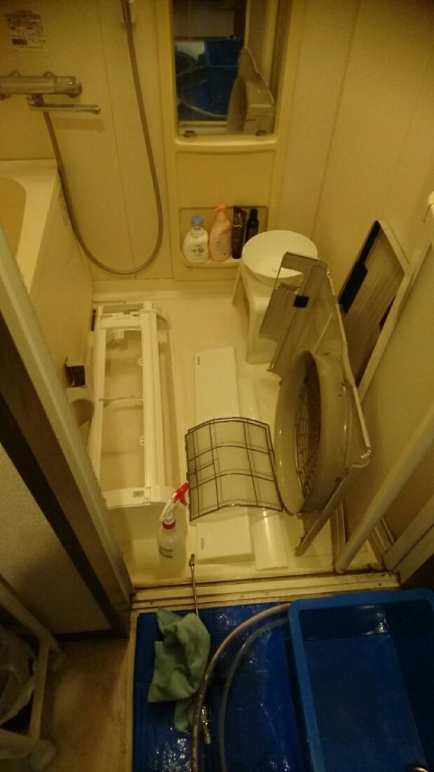 お風呂場に置かれたエアコンの部品
