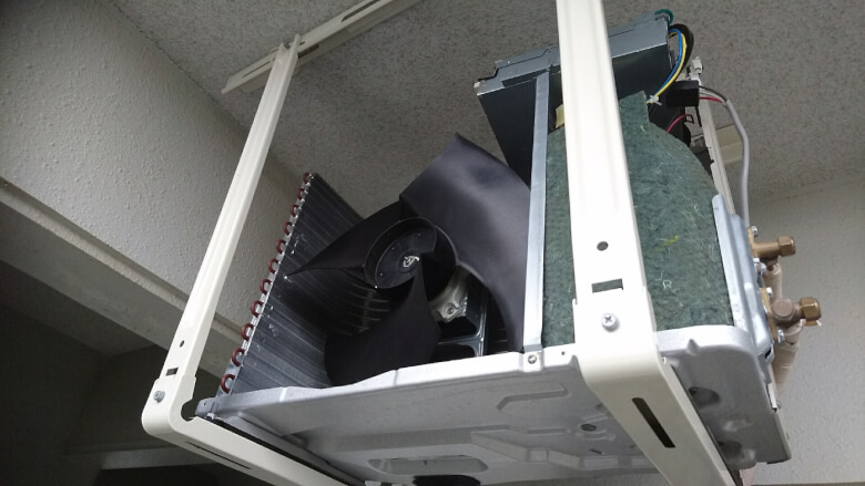 エアコン室外機のカバーを取り外し