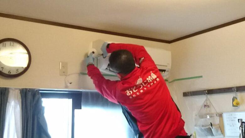エアコン室内機のカバーを取付