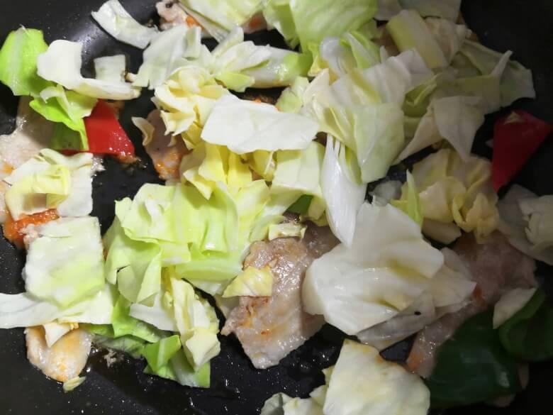 野菜も炒める