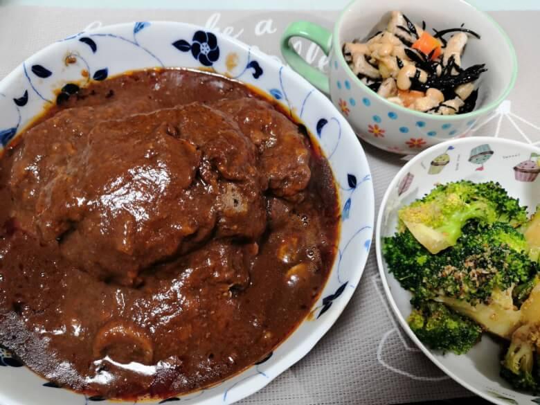 テーブルに並ぶ料理
