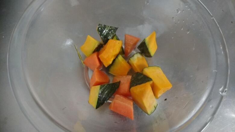 かぼちゃとニンジンをレンジで加熱